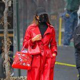 27. Januar 2021  Wenn man die Stars mit Sonnenbrille und Maske schon fast kaum erkennt, können die ruhig Outfits mit Signalwirkung tragen. So wie hier Irina Shayk im knallroten Ledermantel.