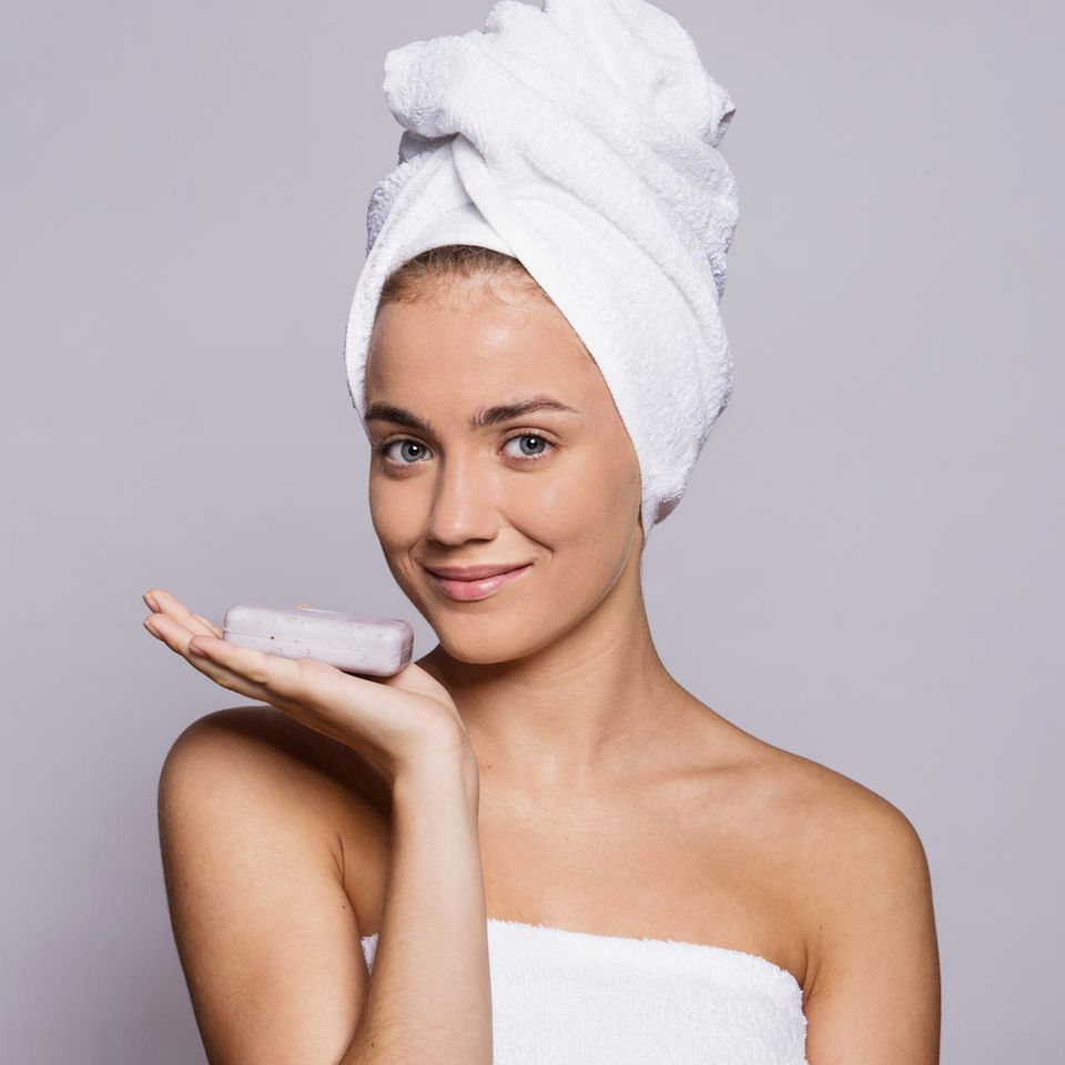 Junge Frau mit Seife in der Hand, Haarseife, junge Frau