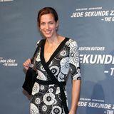 """Ulrike Frank gehört seit 2002 zur TV-Familie der RTL-Dailysoap """"Gute Zeiten, schlechte Zeiten"""", in der sie jetzt seit fast 20 Jahren die Rolle der Katrin Flemming spielt. Dabei fällt auf: Die gebürtige Stuttgarterin hat sich in dieser Zeitoptisch fast gar nicht verändert, sie ist ihrem Typ treu geblieben. 2006 zeigt sie sich in einem Wickelkleid mit Kreis-Muster, tiefsitzenden Dutt und schlichtem Make-up auf dem Red Carpet."""