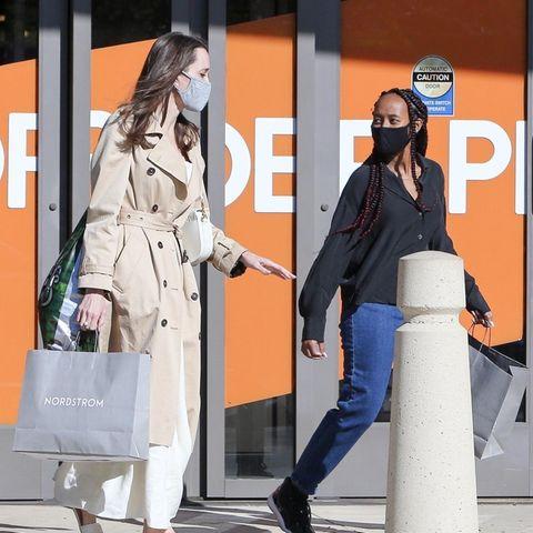 """Eine kleine Shoppingtour haben Schauspielerin Angelina Jolie und ihre 16-jährige Tochter Zahara unternommen. Den Einkaufstaschen nach zu urteilen, sind sie beim Luxus-Kaufhaus """"Nordström"""" fündig geworden. Während Angelina sich für einen beigefarbenen Trenchcoat, einweißesLeinenkleid,Sandaletten des Luxuslabels Fendi sowie eine ebenfalls helle Dior-Bobby-Bagentschieden hat, setzt ihre Tochter auf bequeme Sneaker, eine Jeans und eine schwarze Bluse. Der Mix aus hellen Kleidungsstücken, den Fendi-Sandaletten und einer Dior-Taschescheint einer von Angelinas Lieblings-Shopping-Looks zu sein – wenige Wochen zuvor zeigt sie sich in einem fast identischen Look, ebenfalls beim Shoppen."""