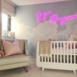 Vogue Williams' Tochter Gigi darf sich schon im zarten Babyalter über ein ultra stylisches Kinderzimmer freuen. Der Neon-Schriftzug (Bag&Bones), das Bettchen von Snuz und die Wolkentapete von Murals Wallpaper fügen sich zu einem stimmigen Gesamteindruck mit Wohlfühl-Garantie.