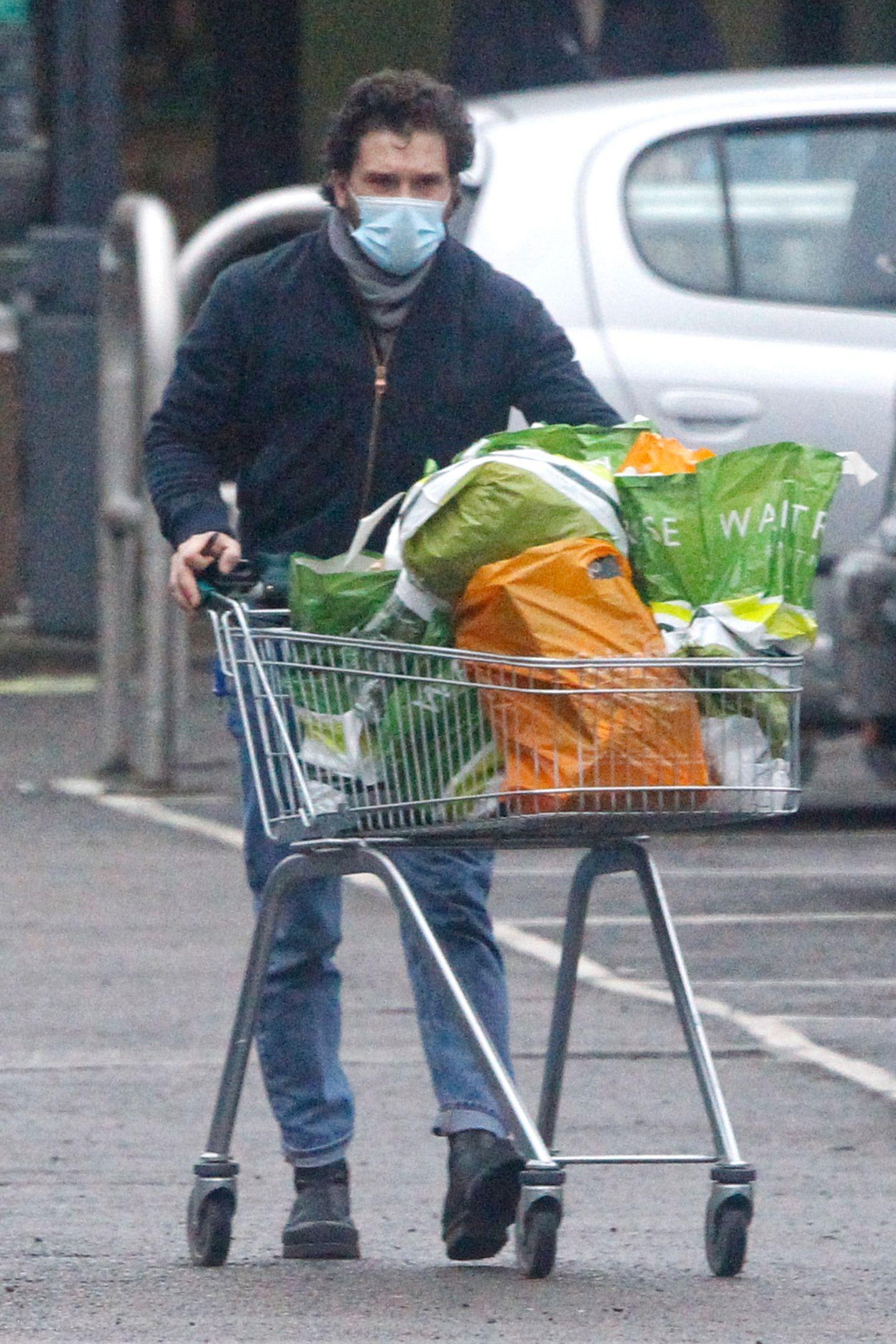 """""""Game of Thrones""""-Star Kit Harington hat im """"Waitrose""""-Supermarkt in London seinen Einkaufswagen voll beladen."""
