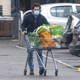 """Game of Thrones""-Star Kit Harington hat im ""Waitrose""-Supermarkt in London seinen Einkaufswagen voll beladen."