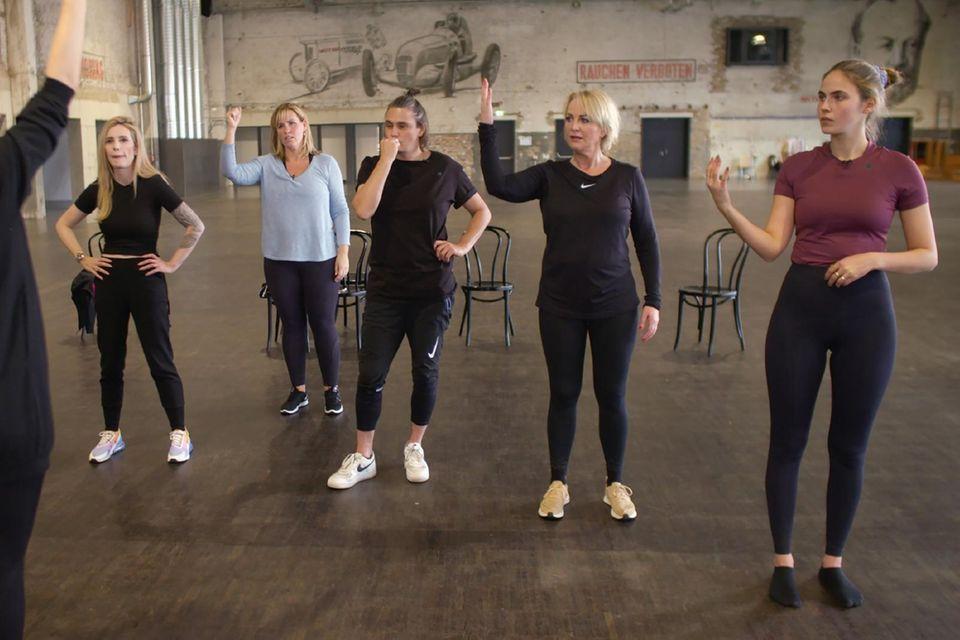 """Choreografin Mari Anne Scheffers unterstütztMirja du Mont, Nicole Staudinger, Nadine Angerer, Ulla Kock am Brink und Elena Carrière (v.l.n.r.) beim Einstudieren der Choreographie. (""""Showtime of my Life"""" sehen Sie bei TVNOW)"""