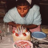 Zum Geburtstag gratuliert Schauspielerin Kerry Washington sich einfach selbst – und zwar mit diesem Throwback-Foto. Wie alt sie darauf ist? Gute Frage! Auf dem Kuchen sind 15 Kerzen zu sehen – vielleicht ein Hinweis auf ihr Alter?