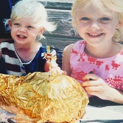 Na, erkennen Sie diese beiden Goldlöckchen? Dieses Foto hat Schauspielerin Dakota Fanning gerade erst auf ihrem Instagram-Account gepostet. Schon damals war die Ähnlichkeit zwischen ihr und ihrer Schwester Elle deutlich zu sehen. So ein süßer Schnappschuss!