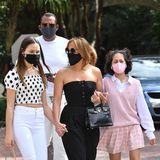 """30. Januar 2021  Familienausflug! Jennifer Lopez und Alex Rodriguez machen sich auf zumgemeinsamen Mittagessen. Mit im Schlepptau haben sieJ.Los Tochter Emme und A-Rods Tochter Natasha. Das Ziel? Ihr Lieblingsrestaurant """"Greenstreet Cafe"""" in Miamis Stadtteil Coconut Grove."""