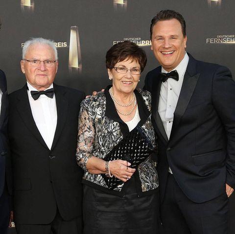 Guido Maria Kretschmer mit seinen Eltern Marianne und Erich und seinem Ehemann Frank Mutters