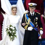 Am 2. Februar 2002 gaben sich Prinz Willem-Alexander der Niederlande und die BügerlicheMáxima Zorreguieta das Jawort – jetzt feiern sie ihren 19. Hochzeitstag. Die heutige Königin sorgte mit ihrem Brautkleid damals für große Aufregung, da sie sich nicht für einen heimischen Designer entschied, sondern dem italienischen Modeschöpfer Valentino den Zuschlag gab. Der hat allerdings ganze Arbeit geleistet:Máxima trug ein wunderschönes Kleid mit Bénitier-Ausschnitt und fünf Meter langer Schleppe, gefertigt aus elfenbeinfarbener Mikado-Seide. Der langeSchleier aus gepunktetem Seidentaft war zudem mit von Hand aufgenähten Blumen- und Rankenmotive aus Spitze verziert. Ein Traum in Weiß!