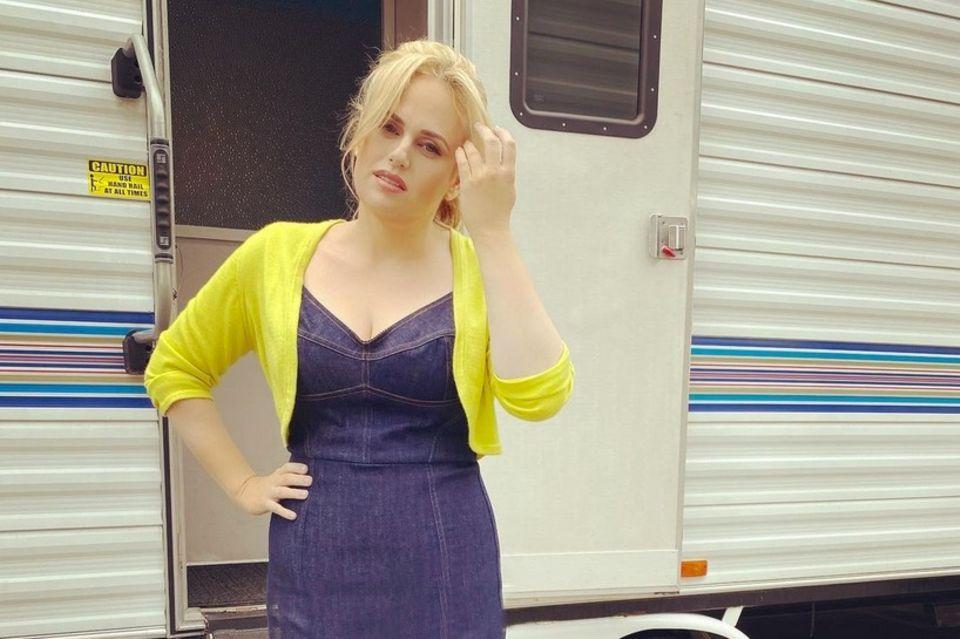 """Wow! Also dieser Look kann sich sehen lassen. Rebel posiert in einem super engen Denimkleid und sieht dabei einfach nur umwerfend aus. Ihre Caption ist dabei eindeutig: """"Single Girl auf dem Weg zum Superbowl!"""" Ob sie Jacob mit diesem sexy Dress zeigen will, was er verpasst?"""
