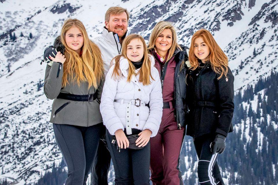 Hier posiert die Königsfamilie im Jahr 2020 in Lech: Prinzessin Amalia, König Willem-Alexander, Prinzessin Ariane, Königin Máxima und Prinzessin Alexia