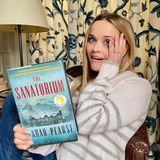 """Filmstar Reese Witherspoon ist nicht nur eine echte Leseratte, sondern mag's auch gerne gruselig! Beim Mysterythriller """"The Sanatorium"""" von Sarah Pearse bekommt sie nach eigener Aussage Gänsehaut. Klingt vielversprechend, oder?"""