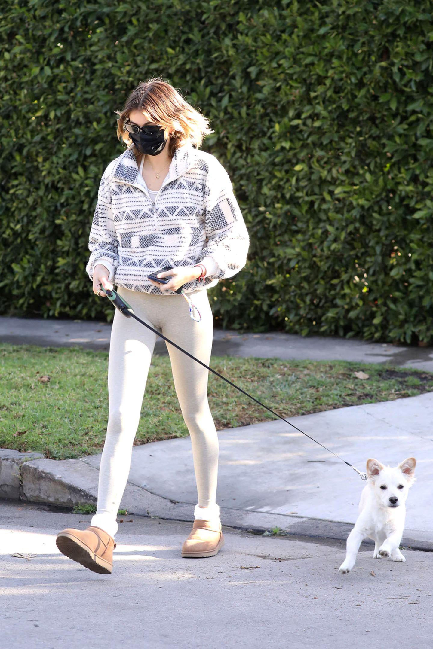 Das Topmodel Kaia Gerber hätten wir indiesem lässigen Look fast nicht erkannt. Zum Gassi gehen mit Hund Milokombiniert sie einenlockerenZip-Pullover mit einer beigenLeggings und kuscheligen UGG-Boots. Bei der 19-Jährigen darf es im Alltag auch mal etwas gemütlicher sein – ganz ungewohnt bei den sonst so gestylten Bildern auf Instagram.