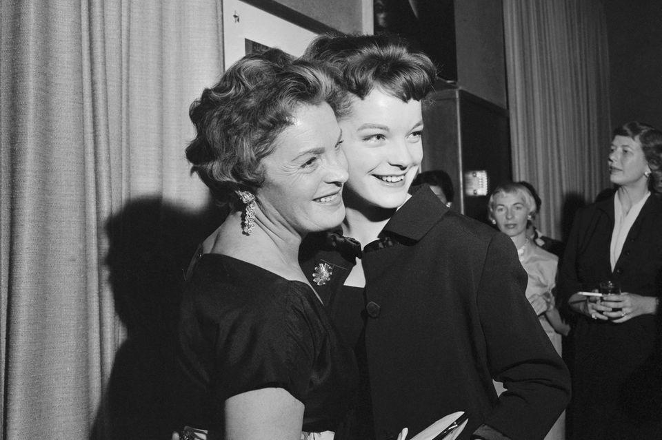 """Romy Schneider und Magda Schneider (r.) 1960 bei einer Cocktailparty im Penthouse der """"Walt Disney Productions""""."""