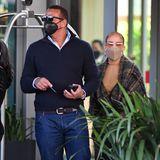 Jennifer Lopez schlendert gemeinsam mit Ehemann Alex Rodríguez ganzgemütlich nach ihrem Lunch-Date die Straße entlang. Der ehemalige Baseball-Star setzt auf eine bewährte Kombi mit weißen Sneakern, Jeans und Zip-Pullover. Auch seine Liebste mag es heute mal gerne leger...