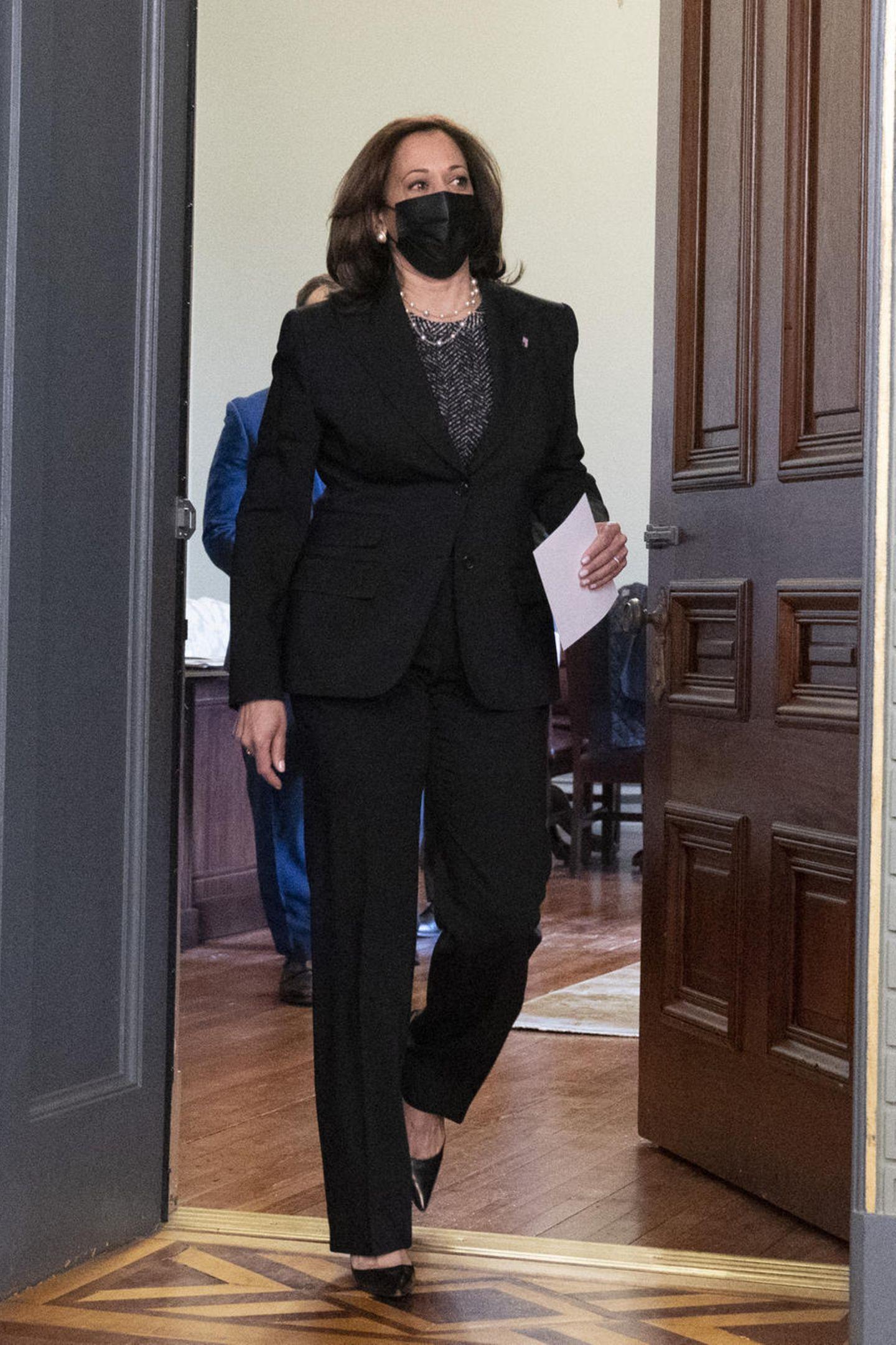 Zur offiziellen Vereidigung vonPete Buttigieg als Verkehrsminister peppt Kamala Harris ihren schwarzen Hosenanzug mit einem Glitzershirt und spitzen Pumpsetwas auf. Es ist ein großer Tag für die Vizepräsidentin, denn mit Pete Buttigieg bestätigen sie denerstenöffentlichschwulenBundesminister.