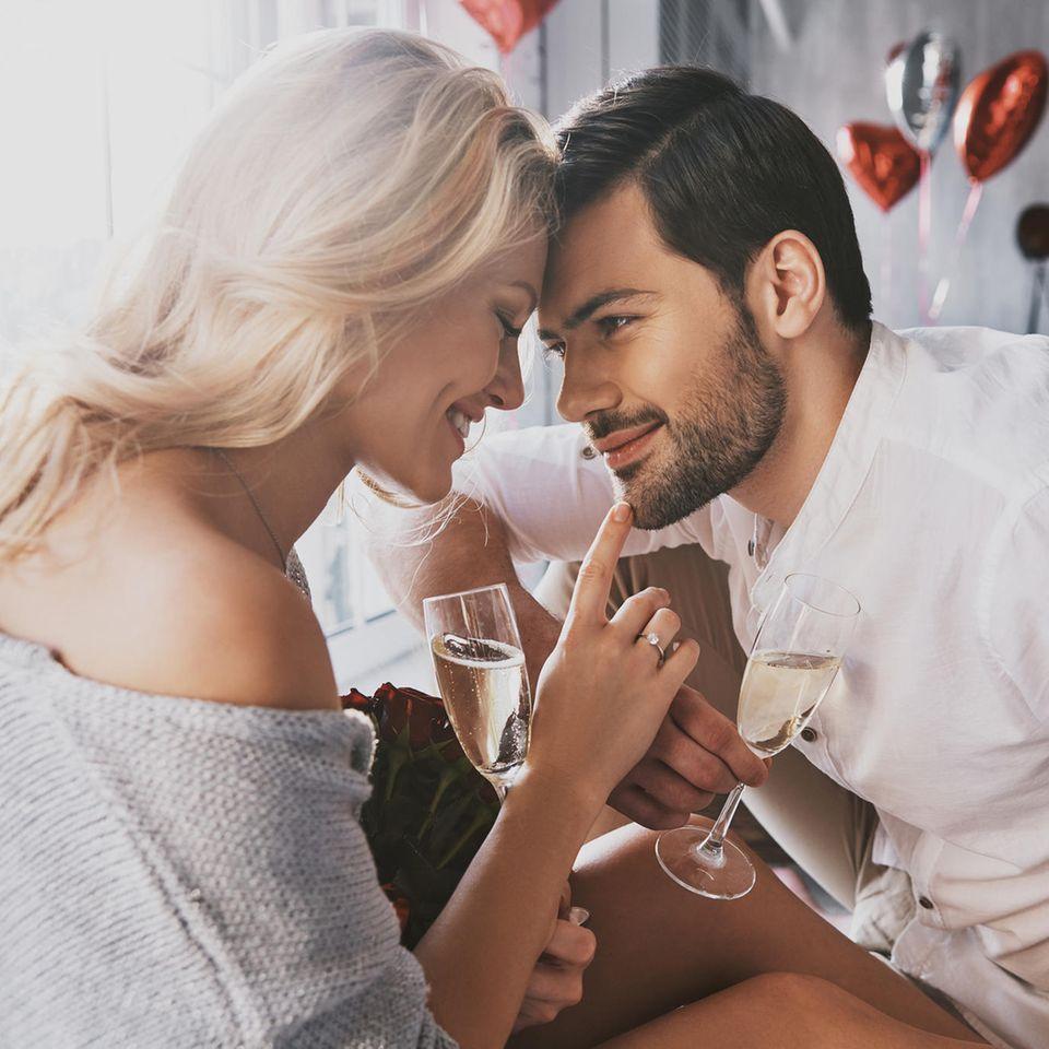 Frau und Mann an Valentinstag, Valentinstag, Verliebt, Liebe
