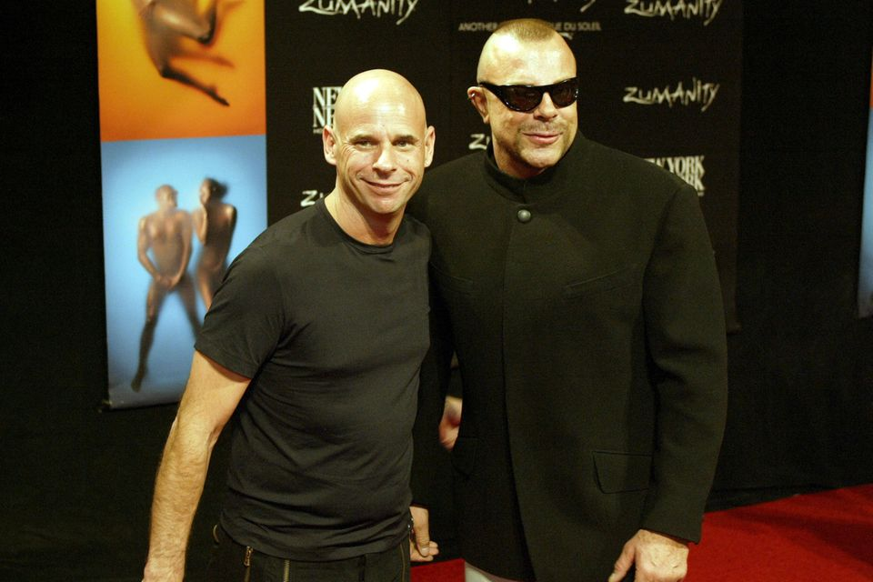 """Thierry Mugler lächelt im September 2003 auf dem roten Teppich neben """"Cirque du Soleil""""-GründerGuy Laliberte für die Fotografen."""