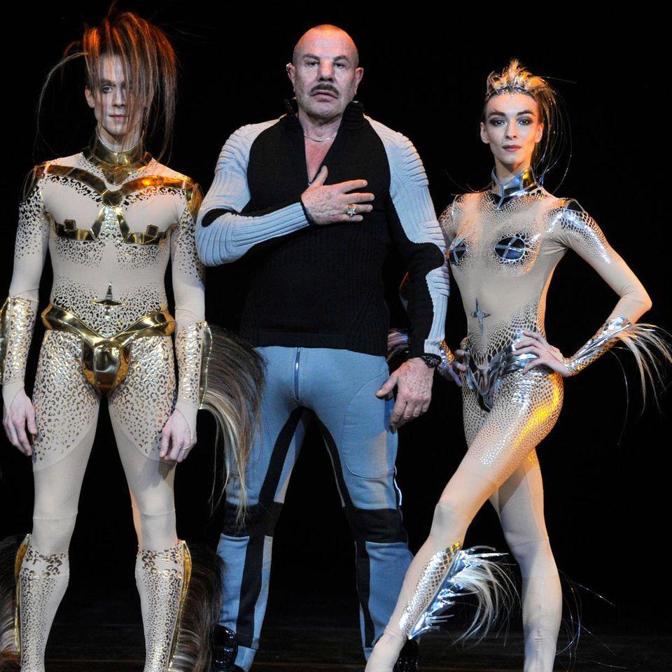 Manfred Thierry Mugler (2. v. r.) mit Tänzern und ChoreographWayne McGregor (links)