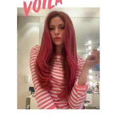 """Huch, auf diesem Fotoerkennt man die Sängerin Shakirafast gar nicht! Was für eine farbenfrohe Verwandlung der feurigen Latina, die bisher stets ihren blonden Haaren treu geblieben ist. Ihre rosa Mähne präsentiert die Frau von Fußballer Gerad Piqué nun in einem Instagram-Video, bei dem natürlich ihr neuer Hit """"Girl Like Me"""" im Hintergrund läuft."""