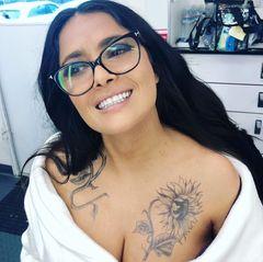 """Hat sie oder hat sie nicht? Salma Hayeks rund 17 Millionen Follower dürften bei diesem Instagram-Schnappschuss nicht schlecht gestaunt haben, denn es zeigt den Hollywood-Star mit riesigem Tattoo quer über dem Dekolleté. Die Schauspielerin lässt ihre Fans allerdings nicht lange spekulieren und löst direkt auf: """"Mitten in einem Haar-, Make-up- und Tattoo-Test für 'Bliss'."""" Die Farbe auf ihrer Haut ist also nur temporär und Teil ihrer neuen Rolle."""