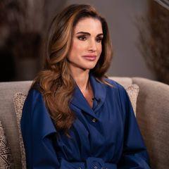 Königin Rania sieht immer umwerfend aus – das beweist die Royal auch bei ihrervirtuellen Teilnahme beim Warwick Economics Summit. Mitdem dunkelblauen Oversize-Hemdblusenkleid mit Taillengürtel setzt sie auf einen bequemen, aber nicht minder eleganten Look und macht so auch vor dem Computerbildschirm spielend leicht eine tolle Figur.