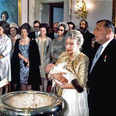8. Februar 1968  Nur neun Tage nach seiner Geburt am 30. Januar 1968 wird König Felipe von Spanien von Monseñor Casimiro Morcillo, Erzbischof von Madrid, getauft. Taufpaten sind seine Urgroßmutter Victoria Eugénie von Battenberg, die ihren Urenkel während der Zeremonie auf dem Arm hält, und sein Großvater Juan de Borbón y Battenberg, damaliger Graf von Barcelona. Die Aufnahmen stammen aus dem Zarzuela-Palast, der Residenz der spanischen Königsfamilie in Madrid.