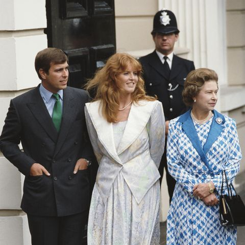 Prinz Andrew, Sarah Ferguson und Queen Elizabeth bei den Feierlichkeiten zum 86. Geburtstag vonQueen Mum im August 1986.