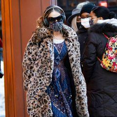 Pinkfarbene Leggings, blaues Printkleid undLeomantel: Sarah Jessica Parker mixt bei drei Teilen gleich drei auffällige Muster miteinander. Immerhin: Glitzerpumps und Pailletten-Maske passen irgendwie zusammen ...