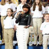 """Auch Jennifer Hudson setzt 2013 bei ihrer Performance von """"America The Beautiful"""" mit Kinderchor auf stylischen Leder-Look."""