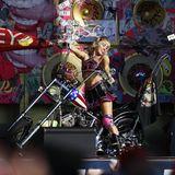 2021  Für die TikTok Tailgate Party vorBeginn des 55. Super Bowls hat sich Miley Cyrus zum Anheizen der Zuschauer das passend rockige Cheerleading-Outfit ausgesucht.
