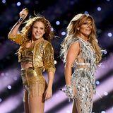 2020  Bevor die Coronakrise die Welt in die Mangel nehmen konnte, zeigen Shakira und Jennifer Lopez in sexy Gold- und Silber-Outfits, wie sie vielen Millionen Zuschauern so richtig einheizen können.