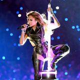Die Halbzeitshow fängt mit J.Lo im Leder-Look schon heiß an.