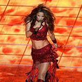 Und Shakira bringt mit ihremLava-Look die Bühne und Menge zum Kochen.