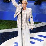 Nicht nur die Super-Bowl-Halbzeitshows bieten Superstars ein Bühne mit vielen Millionen Zuschauern, auch bei den PreGame-Performances geben sich Musikgrößen das Mikro in die Hand. Pink schmetterte 2018 die US-amerikanische Hymne im weißen Satin-Camouflage-Look.