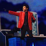 2021  In futuristisch-urbaner Kulisse performt The Weeknd beim diesjährigen Super Bowl mit lediglich 20.000 Zuschauern imRaymond James Stadium in Tampa, Florida. Sein Look ist mit knallrotem Pailletten-Blazer eher ein Look aus den Achtzigern.