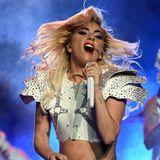 Das so wichtige Shoulderpad im Football wird gerne als Inspiration für die Bühnenlooks der Halbzeitsshows herangezogen. So auchbei Lady Gaga.