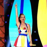 Und zum Abschluss der Halbzeitshow gibt es von Katy noch gute Laune im Beachball-Outfit.