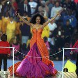 1996  Als echte Diva legt Diana Ross bei ihrer Halbzeitshow natürlich imSun Devil Stadionin Tempe, Arizona einen Haute-Couture-Auftritt hin.