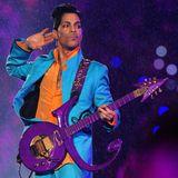 2007  Der legendäre Prince († 2016)begeistert das Super-Bowl-Publikum im Dolphins Stadionin Miami, Florida mit azurblau-orangefarbener Anzug-Kombi und seiner unverkennbaren Gitarre.