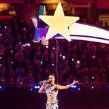 2015  Katy Perry schwebt als glitzernden Sternschnuppe zum 49. Super Bowl ins Phoenix Stadion in Glendale, Arizona.