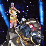Als Flammenträgerin reitet sie dann auf einem Löwen über die Bühne.