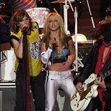 2001  Britney Spears Bühnenlook für die Halbzeitshow zusammen mitAerosmith ist eine stylische Interpretation der Schutzkleidung beim Football.