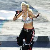 2003  Zusammen mit ihrer Band No Doubt heizt Gwen Stefani in einer glamouröseren Version ihres typischen Skater-Looks dem Publikum imQualcomm Stadion in San Diego kräftig ein.