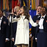 """""""Glee""""-Star Lea Michele begeistert im gleichen Jahr mit ihrer Version des """"Star-spangled Banner"""". Ihr Outfit: Retro-Mantel und Schlaghose."""