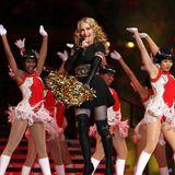 Etwas bequemer und sportlicher wird Madonnas Look dann mit goldenen PomPoms.
