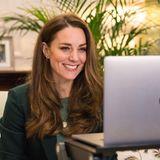 Während einer Videokonferenz im Januar dieses Jahres setzt Kate ebenfalls auf den Hingucker-Blazer des spanischen Modehauses Massimo Dutti. Statt einer weißen Bluse setzt die Dreifach-Mama allerdings auf ein schlichtes Basic-Shirt in einem hübschen Grün-Ton und wählt dazu eine Kette sowie Ohrringe in Gold. Warum beide Royals auf Grün setzen? DieFarbe wird häufig mit Hoffnung, Frieden, Gelassenheit und Wachstum assoziiert – ob bewusst gewählt oder nicht: es könnte als eine schöne Symbolik in Anbetracht der derzeitigen Pandemie verstanden werden.