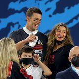 Für Quarterback Tom Brady ist es der siebte Sieg. Gisele Bündchen freut sich sichtlich für ihren Mann und strahlt mit ihm um die Wette.