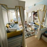 Das fröhliche, helle Design in Hellblau, Beige und Gelb wurde exklusiv vom Mailänder Designstudio 131 Design für den knapp Dreijährigen kreiert.