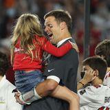 Direkt nach dem Finale springt Vivian ihrem Papa Tom Brady in die Arme. Er hat mit seinen Teamkollegen der Tampa Bay Buccaneers den Super Bowl gewonnen.